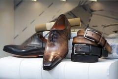 Die Schuhe der Männer im Schuhgeschäft Lizenzfreie Stockfotos