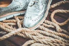 Die Schuhe der silbernen Frauen, Weinlesewerbungsfotos Stockfoto