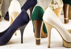 Die Schuhe der verschiedenen Frauen auf hölzernem Hintergrund lizenzfreie stockfotografie