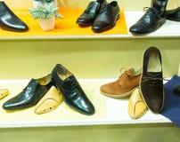 Die Schuhe des Mannes auf dem Showfall Lizenzfreies Stockbild