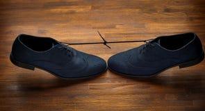 Die Schuhe des Mannes auf dunklem hölzernem Hintergrund Lizenzfreie Stockfotos
