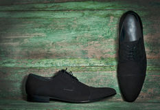 Die Schuhe des Mannes auf hölzernem Hintergrund Lizenzfreies Stockfoto