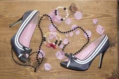 die Schuhe und die Perlen der Frauen Stockbild