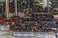 Die Schuhe, die vielen kleinen Shops und die Zähler der Männer auf der Straße nahe bei Stockfotos