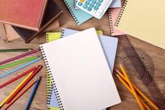 Die Schulbank des Studenten mit leerem Buch, Kopienraum Lizenzfreies Stockfoto
