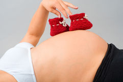 Die schwangere Frau auf dem 9. Monat der Schwangerschaft Lizenzfreies Stockbild