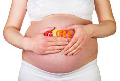 Die schwangere Frau, die Wort MÄDCHEN hält, wird auf weißem Hintergrund lokalisiert Stockfotos