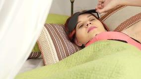 Die schwangere Frau, die in einer Tageszeit schläft, Gebrauch schwärzen Maske für das Schlafen stock video