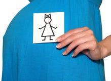 Die schwangere Frau hält die Zeichnung des Mädchens auf einem weißen Hintergrund Lizenzfreie Stockfotografie