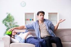 Die schwangere Frau mit Ehemann zu Hause Lizenzfreie Stockfotografie