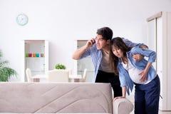 Die schwangere Frau mit Ehemann zu Hause Stockfoto