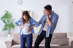 Die schwangere Frau mit Ehemann zu Hause Lizenzfreie Stockbilder