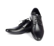 Die schwarzen eleganten Schuhe der Männer auf Weiß lokalisierten Hintergrund Lizenzfreie Stockfotos
