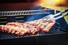 Die Schweinsrippchen, die auf Grill kochen, grillen für Partei des Sommers im Freien f stockfotos