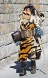 DIE SCHWEIZ - 5. MÄRZ: Ausführender gekleidet in einem tra Lizenzfreie Stockbilder