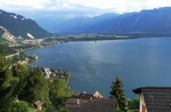 Die Schweiz: Ansicht von Glion zur Montreux-Stadt bei Genfersee stockfotografie
