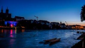 Die Schweiz, Basel, SCHATTENBILD-GEBÄUDE DURCH den Rhein GEGEN lizenzfreie stockbilder