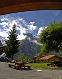 Die Schweiz-Gebirgshotelansicht lizenzfreie stockfotografie