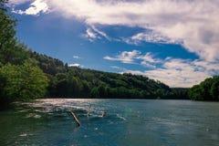 Die Schweiz-Landschaft durch den Fluss Lizenzfreie Stockbilder