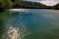 Die Schweiz-Landschaft durch den Fluss Lizenzfreies Stockfoto