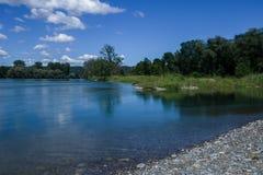 Die Schweiz-Landschaft durch den Fluss Stockfotografie