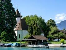 Die Schweiz, Lauterbrunnen, HAUS DURCH SEE UND GEBÄUDE GEGEN stockfoto