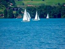 Die Schweiz, Lauterbrunnen, SEGELBOOT-SEGELN AUF MEER DURCH BÄUME Lizenzfreie Stockfotos
