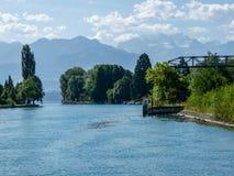 Die Schweiz, Lauterbrunnen, SZENISCHE ANSICHT VON FLUSS DURCH BÄUME AGAINS Lizenzfreie Stockfotografie