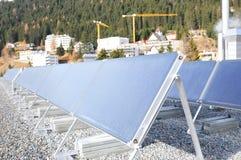 Die Schweiz: Mehr und mehr werden Hausdächer mit Sonnenkollektoren ausgerüstet stockfotos