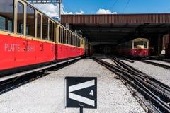 Die Schweiz-Zahnradbahnzüge im depo lizenzfreies stockbild