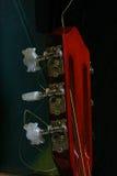 Die Sechszeichenkette Akustikgitarre wartet den Musiker Stockbilder