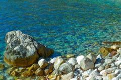 Die Seeansicht Ruhiger See und große Steine Transparentes Wasser des adriatischen Meeres montenegro Stockbilder
