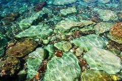 Die Seeansicht Schöne Ansicht vom Berg zum ruhigen adriatischen Meer Blaues klares Wasser und große Steine Lizenzfreie Stockfotos