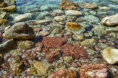 Die Seeansicht Schöne Ansicht vom Berg zum ruhigen adriatischen Meer Blaues klares Wasser und große Steine Stockfotos