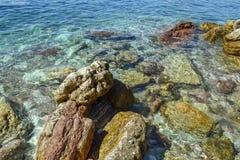 Die Seeansicht Schöne Ansicht vom Berg zum ruhigen adriatischen Meer Blaues klares Wasser und große Steine Lizenzfreie Stockfotografie