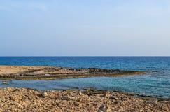 Die Seeansicht Und das Ufer wird mit scharfen Küstensteinen bedeckt Stockbild