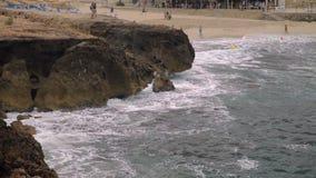 Die Seebrandung in der Bucht an einem bewölkten Tag Ein kleiner Sturm Polenca und Hafen-Cala-Kohlenstoff stock video
