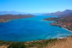 Die Seebucht ist- azurblau Stadt durch das Meer Gebirgszüge auf ho lizenzfreie stockfotografie