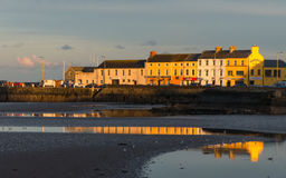 Die Seefront am Hafen in Donaghadee-Grafschaft unten lizenzfreies stockbild