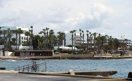 Die Seeseite und der Hafen in Paphos Zypern mit PromenadenPalmen und Gebäuden mit Fahrrad parkten auf Geländern lizenzfreie stockfotos