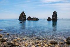 Die Seestapel von Acitrezza in Sizilien Stockfotografie