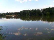 Die Seeuferansicht Wolken reflektiert im See Sommer, See Stockbild