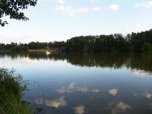 Die Seeuferansicht Wolken reflektiert im See Sommer, See Lizenzfreies Stockbild