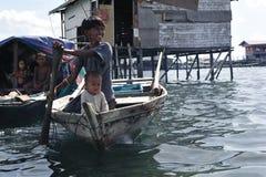 Die Seezigeuner. Bajau Leute… lizenzfreie stockfotografie