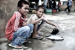 Die Seezigeuner. Bajau Leute, die Fische verkaufen stockbilder