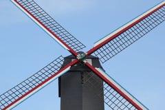 Die Segel einer Windmühle gegen einen freien blauen Himmel Stockfotografie