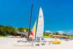 Die Segelboote und Leute, die in Varadero sich entspannen, setzen in Kuba auf den Strand stockfotografie