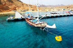 Die Segelyacht mit Touristen ist naher Pier im Hafen des Sharm el Sheikh Stockbilder