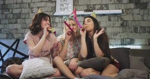 Die sehr charismatischen multi ethnischen Damen, die Geburtstagsfeier feiern, haben eine Pyjamanacht auf dem Bett, das sie eine l stock video