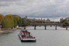 Die Seine-Damm in Paris, Frankreich Stockbilder